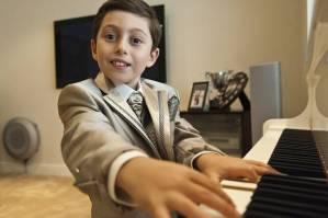 anak bermian piano